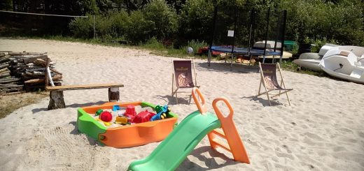 plac zabaw nad jeziorem sławskim w Lubiatowie na nowej plaży, trampolina