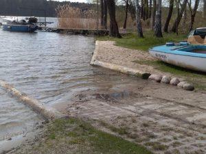 slip w Lubiatowie jezioro Sławskie, wodowanie łódek i żaglówek